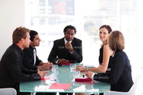 Thoughtful leadership looking at the camera in a meetingの写真素材 [FYI00482824]