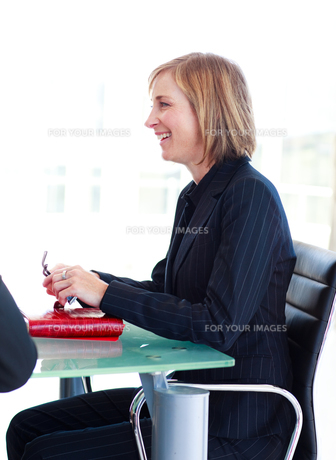Businesswoman interacting in a meetingの写真素材 [FYI00482825]