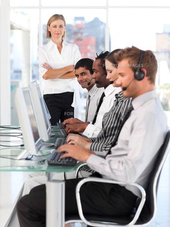 Confident female leader managingher team in a call centerの写真素材 [FYI00482828]
