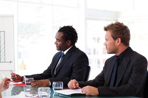 Businessmen sitting in a meetingの写真素材 [FYI00482832]