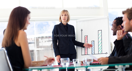 Businesswoman reporting to sales figures to her teamの写真素材 [FYI00482833]