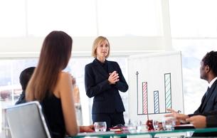 Businesswoman speaking to her teamの写真素材 [FYI00482834]