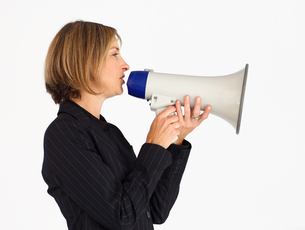Profile of a businesswoman shouting through a megaphoneの素材 [FYI00482835]