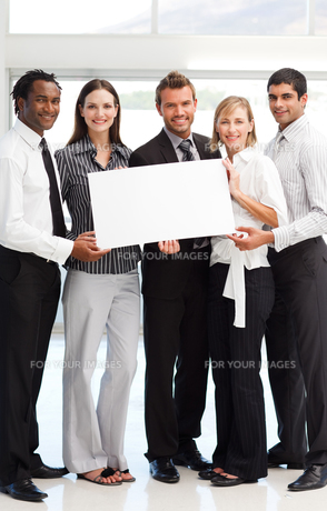 Business people showing a big white cardの写真素材 [FYI00482838]
