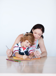 Lovely mother drawing with her sonの写真素材 [FYI00482839]