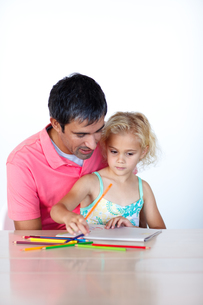 Radiant father drawing with his daughterの写真素材 [FYI00482842]