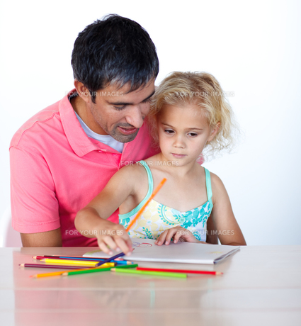 Cheerful father drawing with his daughterの写真素材 [FYI00482844]
