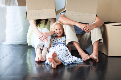 Family having fun after moving houseの写真素材 [FYI00482846]