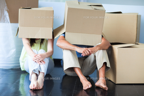 Couple having fun in its new house with boxesの素材 [FYI00482849]