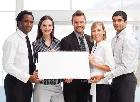 Business team holding a blank cardの写真素材 [FYI00482853]