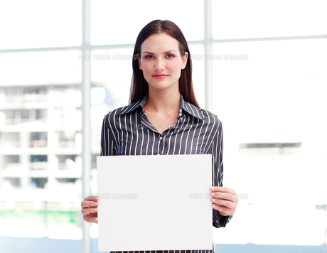 Businesswoman holding a busines cardの写真素材 [FYI00482862]