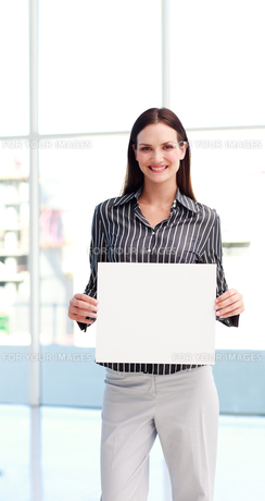 Young woman showing a big business cardの写真素材 [FYI00482865]