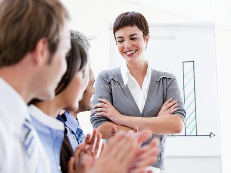 Happy business people applauding a good presentationの写真素材 [FYI00482878]