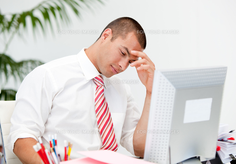 Stressed businessman working at a computerの写真素材 [FYI00482883]