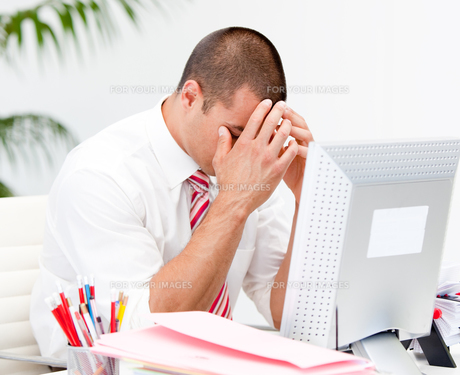 Frustrated businessman working at a computerの写真素材 [FYI00482884]