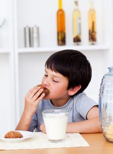 Boy eating cookiesの写真素材 [FYI00482905]