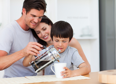 Happy family drinking coffee in the kitchenの写真素材 [FYI00482907]
