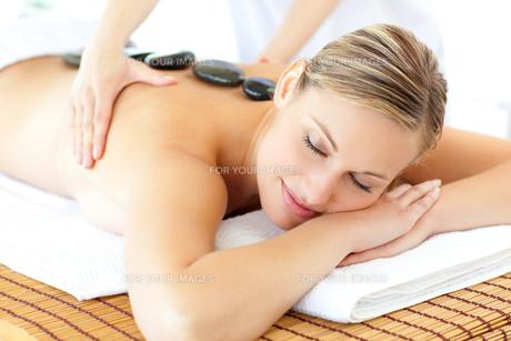 Sleeping woman having a massageの写真素材 [FYI00482913]