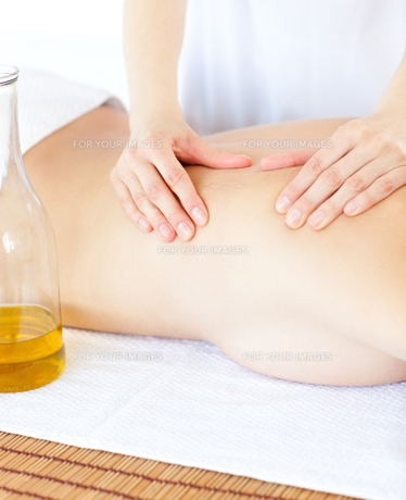 Attractive woman having a massage with massage oilの写真素材 [FYI00482921]