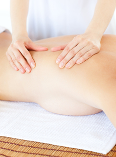 Delighted woman having a massage with massage oilの写真素材 [FYI00482922]