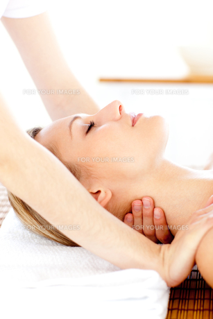 Portrait of a young woman having a massageの素材 [FYI00482923]