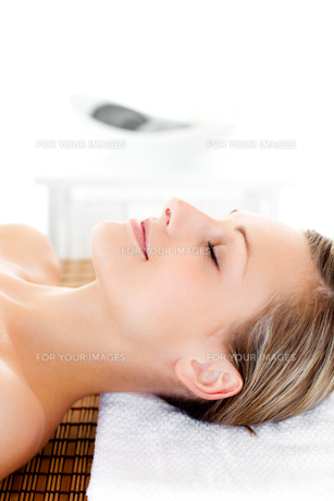 Portrait of a happy woman having a massageの素材 [FYI00482926]