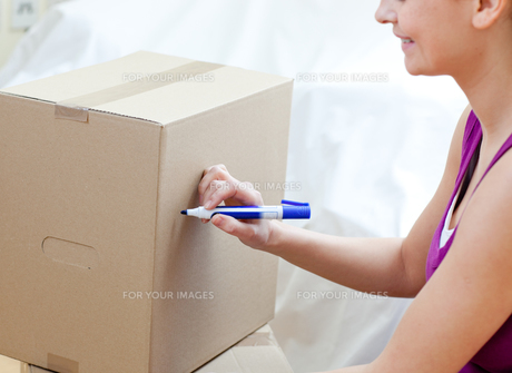 Woman writing on a boxの素材 [FYI00482930]