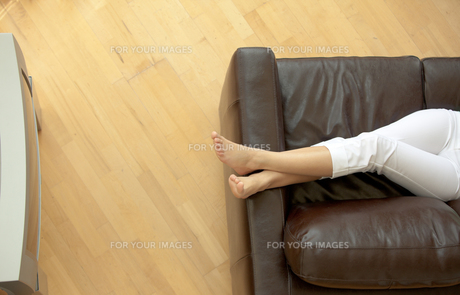Close up of a woman listenning music on a sofaの写真素材 [FYI00482931]