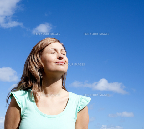 Portrait of a delighted woman relaxing outdoorの写真素材 [FYI00482936]