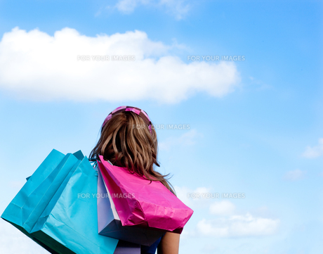 Woman holding shopping bags outdoorの素材 [FYI00482944]
