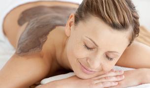 Charming woman enjoying a mud skin treatmentの素材 [FYI00482945]