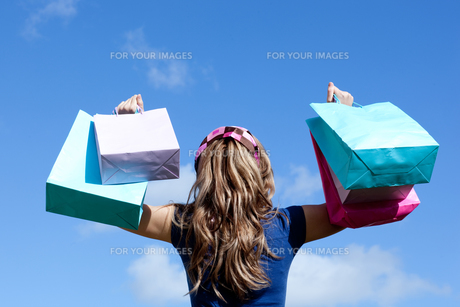 Young woman holding shopping bags outdoorの素材 [FYI00482947]