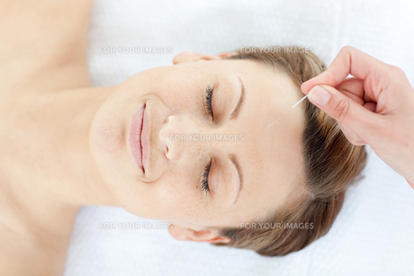 Acupuncture needles on a relaxed womans headの写真素材 [FYI00482953]