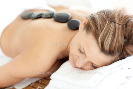 Relaxed woman receiving a Spa treatmentの写真素材 [FYI00482957]