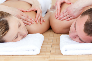 Young couple receiving a back massageの写真素材 [FYI00482965]