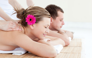 Relaxed young couple receiving a back massageの写真素材 [FYI00482966]