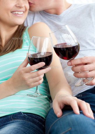 Close up of a young couple drinking red wineの写真素材 [FYI00482967]