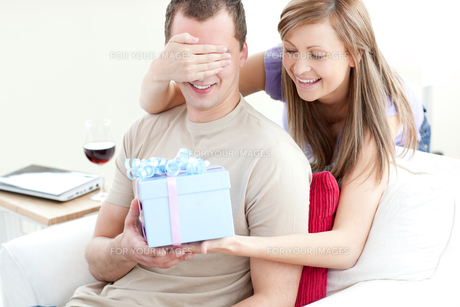 Smiling woman giving a present to her boyfriendの写真素材 [FYI00482971]