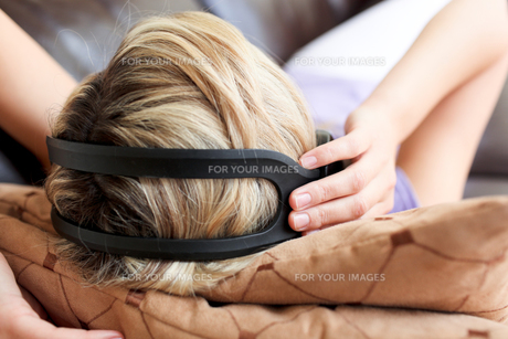 Woman using headphonesの素材 [FYI00482976]