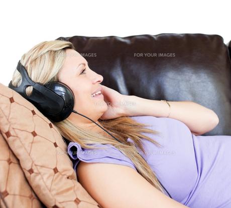 Relaxed woman using headphonesの素材 [FYI00482981]