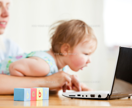 Cute woman surfing on the internet with her girl in the livingroomの写真素材 [FYI00482991]