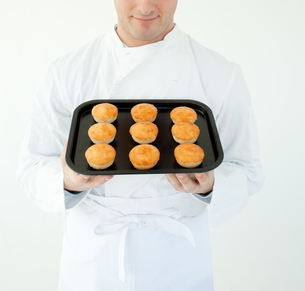 Close up of a cook holding muffinの写真素材 [FYI00482993]