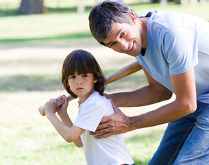 Portrait of a father teaching baseball to his sonの素材 [FYI00482995]