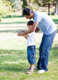 Loving little boy playing baseball with his fatherの写真素材 [FYI00482996]