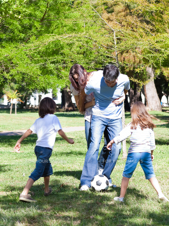 Lively family playing soccerの写真素材 [FYI00482998]