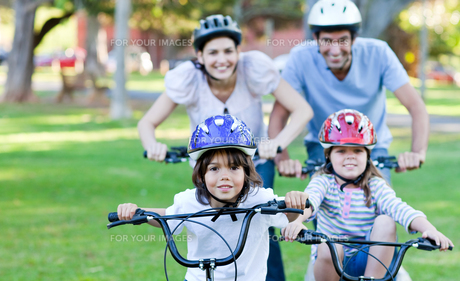 Cheerful family riding a bikeの写真素材 [FYI00483001]
