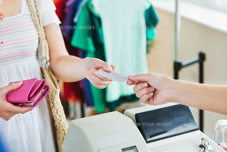 Close up of a woman paying with her credit cardの素材 [FYI00483006]