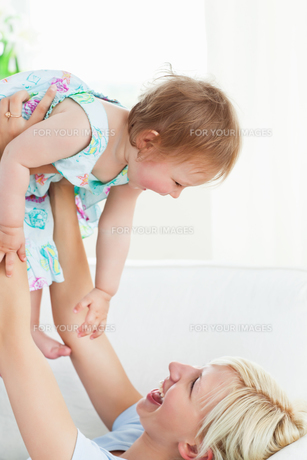 Radiant mother playing with her daughterの素材 [FYI00483010]