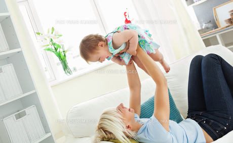 Merry mother playing with her daughterの写真素材 [FYI00483011]