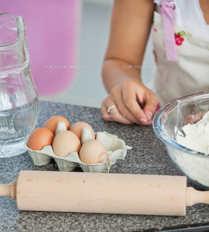 Mother and child baking cookiesの写真素材 [FYI00483020]